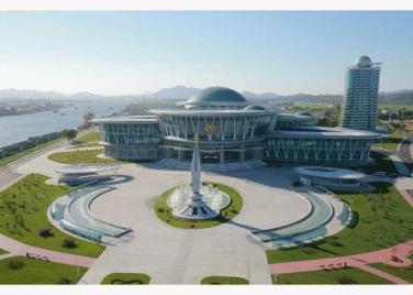 151028 - RS - KIM JONG UN - Marschall KIM JONG UN besuchte den ausgezeichnet fertig gebauten Palast der Wissenschaft und Technik - 03 - 위대한 당의 전민과학기술인재화방침이 완벽하게 반영된 국보적인 건축물 경애하는 김정은동지께서 과학기술강국 현지지도하시였다