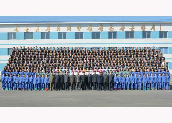 151031 - RS - KIM JONG UN - Marschall KIM JONG UN besuchte den modernisierten Welszuchtbetrieb Pyongyang - 25 - 경애하는 김정은동지께서 우리 나라 양어부문의 본보기, 표준공장으로 전변된 평양메기공장을 현지지도하시였다