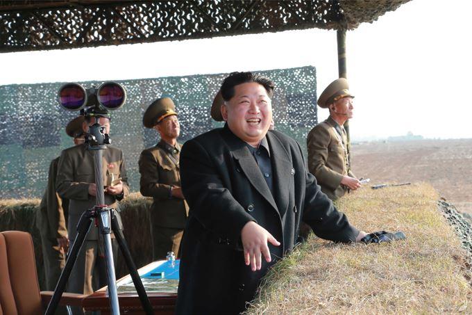 151103 - SK - KIM JONG UN - Marschall KIM JONG UN besuchte eine Fliegerabwehrraketenübung der Luftabwehrtruppen der KVA an der Westfront - 01 - 경애하는 김정은동지께서 조선인민군 서부전선 반항공부대들의 고사로케트사격훈련을 보시였다