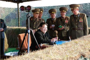 151103 - SK - KIM JONG UN - Marschall KIM JONG UN besuchte eine Fliegerabwehrraketenübung der Luftabwehrtruppen der KVA an der Westfront - 02 - 경애하는 김정은동지께서 조선인민군 서부전선 반항공부대들의 고사로케트사격훈련을 보시였다