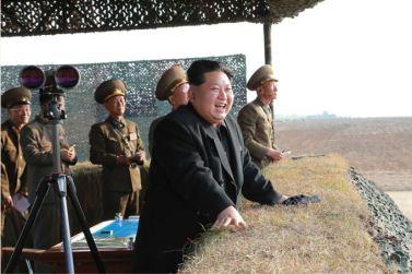 151103 - SK - KIM JONG UN - Marschall KIM JONG UN besuchte eine Fliegerabwehrraketenübung der Luftabwehrtruppen der KVA an der Westfront - 03 - 경애하는 김정은동지께서 조선인민군 서부전선 반항공부대들의 고사로케트사격훈련을 보시였다