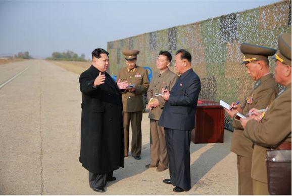 151103 - SK - KIM JONG UN - Marschall KIM JONG UN besuchte eine Fliegerabwehrraketenübung der Luftabwehrtruppen der KVA an der Westfront - 05 - 경애하는 김정은동지께서 조선인민군 서부전선 반항공부대들의 고사로케트사격훈련을 보시였다