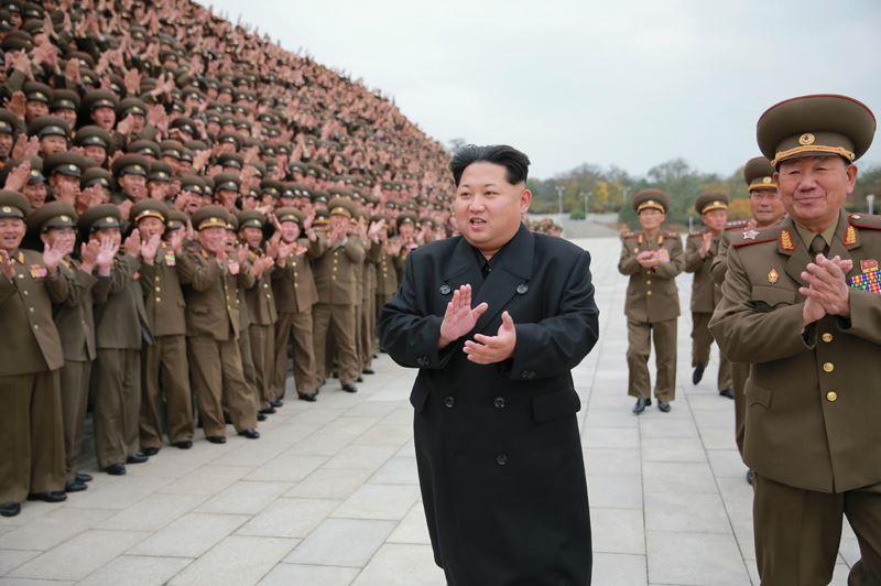 151106 - 조선의 오늘 - KIM JONG UN - Marschall KIM JONG UN ließ sich mit den militärischen Ausbildern fotografieren - 01 - 경애하는 김정은동지께서 조선인민군 제7차 군사교육일군대회 참가자들과 함께 기념사진을 찍으시였다