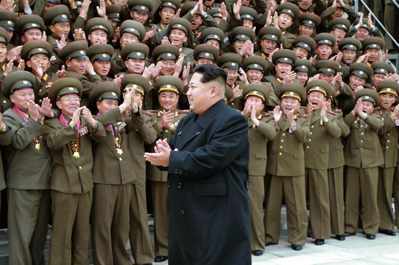 151106 - 조선의 오늘 - KIM JONG UN - Marschall KIM JONG UN ließ sich mit den militärischen Ausbildern fotografieren - 02 - 경애하는 김정은동지께서 조선인민군 제7차 군사교육일군대회 참가자들과 함께 기념사진을 찍으시였다