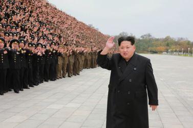 151106 - 조선의 오늘 - KIM JONG UN - Marschall KIM JONG UN ließ sich mit den militärischen Ausbildern fotografieren - 04 - 경애하는 김정은동지께서 조선인민군 제7차 군사교육일군대회 참가자들과 함께 기념사진을 찍으시였다