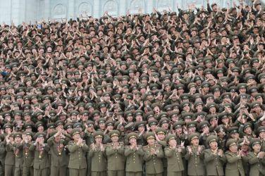 151106 - 조선의 오늘 - KIM JONG UN - Marschall KIM JONG UN ließ sich mit den militärischen Ausbildern fotografieren - 05 - 경애하는 김정은동지께서 조선인민군 제7차 군사교육일군대회 참가자들과 함께 기념사진을 찍으시였다