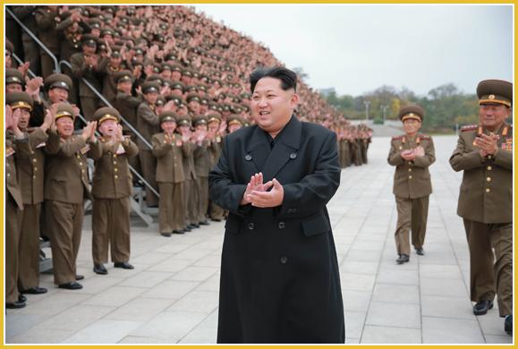 151106 - Naenara - KIM JONG UN - Marschall KIM JONG UN ließ sich mit den militärischen Ausbildern fotografieren - 경애하는 김정은동지께서 조선인민군 제7차 군사교육일군대회 참가자들과 함께 기념사진을 찍으시였다