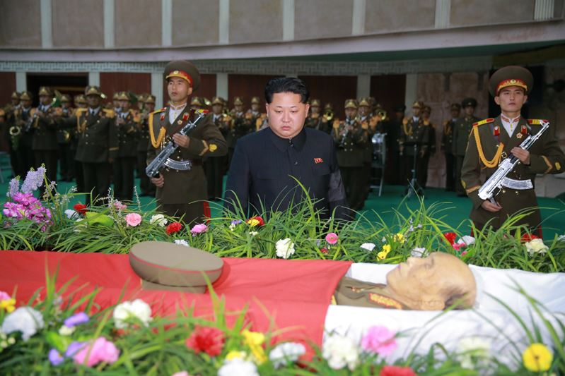 151109 - 조선의 오늘 - KIM JONG UN - Marschall KIM JONG UN besuchte den Katafalk vom Verstorbenen Ri Ul Sol - 03 - 경애하는 김정은동지께서 고 리을설동지의 령구를 찾으시여 깊은 애도의 뜻을 표시하시였다