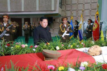 151109 - 조선의 오늘 - KIM JONG UN - Marschall KIM JONG UN besuchte den Katafalk vom Verstorbenen Ri Ul Sol - 04 - 경애하는 김정은동지께서 고 리을설동지의 령구를 찾으시여 깊은 애도의 뜻을 표시하시였다