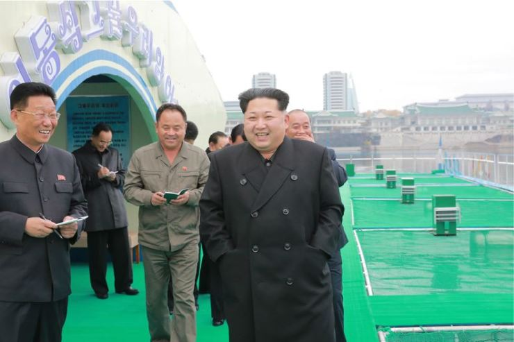 151118 - 조선의 오늘 - KIM JONG UN - Marschall KIM JONG UN besichtigte die mobilen Fischzuchtnetze im Fluss Taedong - 01 - 경애하는 김정은동지께서 대동강에 새로 설치한 이동식그물우리양어장을 현지지도하시였다
