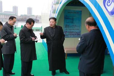 151118 - 조선의 오늘 - KIM JONG UN - Marschall KIM JONG UN besichtigte die mobilen Fischzuchtnetze im Fluss Taedong - 06 - 경애하는 김정은동지께서 대동강에 새로 설치한 이동식그물우리양어장을 현지지도하시였다