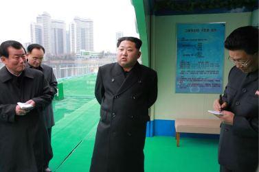 151118 - 조선의 오늘 - KIM JONG UN - Marschall KIM JONG UN besichtigte die mobilen Fischzuchtnetze im Fluss Taedong - 07 - 경애하는 김정은동지께서 대동강에 새로 설치한 이동식그물우리양어장을 현지지도하시였다