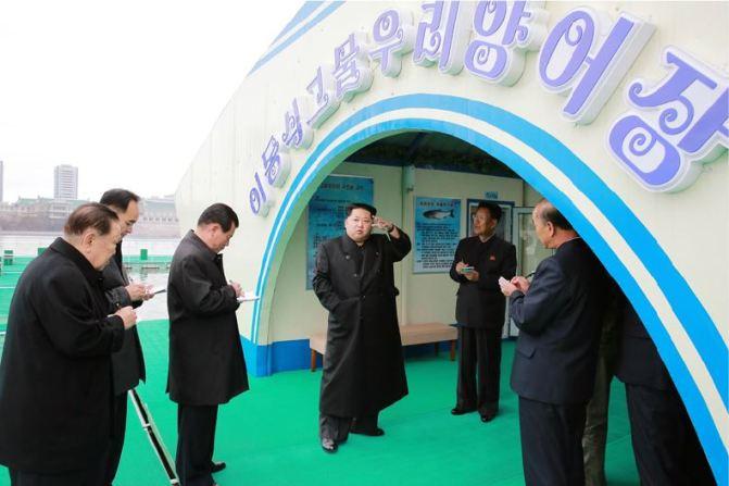 151118 - 조선의 오늘 - KIM JONG UN - Marschall KIM JONG UN besichtigte die mobilen Fischzuchtnetze im Fluss Taedong - 08 - 경애하는 김정은동지께서 대동강에 새로 설치한 이동식그물우리양어장을 현지지도하시였다