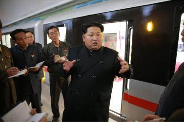 151120 - SK - KIM JONG UN - Genosse KIM JONG UN nahm an der Probefahrt des neuen U-Bahn-Zuges teil - 02 - 경애하는 김정은동지를 모시고 새로 만든 지하전동차의 시운전이 진행되였다