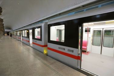 151120 - SK - KIM JONG UN - Genosse KIM JONG UN nahm an der Probefahrt des neuen U-Bahn-Zuges teil - 03 - 경애하는 김정은동지를 모시고 새로 만든 지하전동차의 시운전이 진행되였다