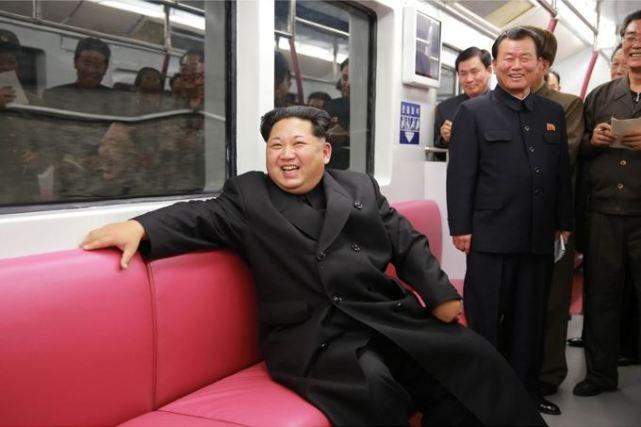 151120 - SK - KIM JONG UN - Genosse KIM JONG UN nahm an der Probefahrt des neuen U-Bahn-Zuges teil - 07 - 경애하는 김정은동지를 모시고 새로 만든 지하전동차의 시운전이 진행되였다