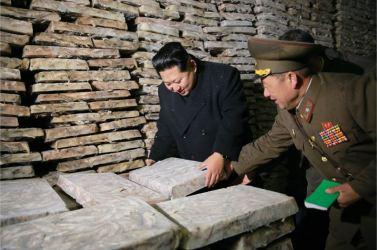 151123 - 조선의 오늘 - KIM JONG UN - Marschall KIM JONG UN besichtigte den Fischereibetrieb '25. August' der 313. Truppe der KVA - 09 - 경애하는 김정은동지께서 사회주의바다향기 차넘치는 조선인민군 제313군부대관하 8월25일수산사업소를 현지지도하시였다
