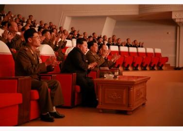 151124 - RS - KIM JONG UN - Marschall KIM JONG UN besuchte ein Konzert der Armeeangehörigen - 02 - 경애하는 김정은동지께서 조선인민군 제37차 군무자예술축전에 당선된 중대군인들의 공연을 관람하시였다