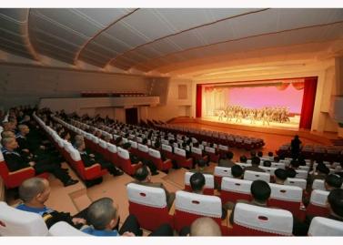 151124 - RS - KIM JONG UN - Marschall KIM JONG UN besuchte ein Konzert der Armeeangehörigen - 03 - 경애하는 김정은동지께서 조선인민군 제37차 군무자예술축전에 당선된 중대군인들의 공연을 관람하시였다