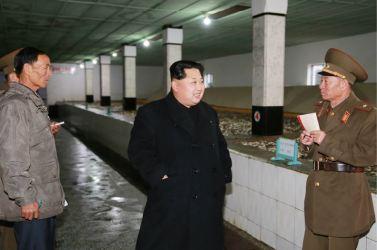 151125 - RS - KIM JONG UN - Marschall KIM JONG UN besichtigte den Fischereibetrieb Nr. 15 der 549. Truppe der KVA - 04 - 경애하는 김정은동지께서 조선인민군 제549군부대관하 15호수산사업소를 현지지도하시였다