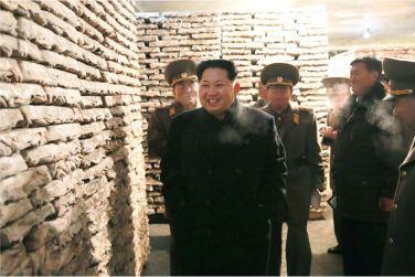 151125 - RS - KIM JONG UN - Marschall KIM JONG UN besichtigte den Fischereibetrieb Nr. 15 der 549. Truppe der KVA - 07 - 경애하는 김정은동지께서 조선인민군 제549군부대관하 15호수산사업소를 현지지도하시였다