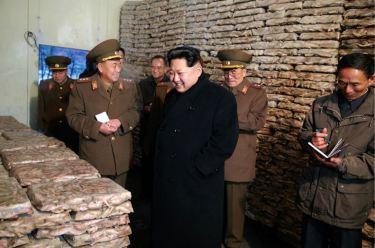151125 - RS - KIM JONG UN - Marschall KIM JONG UN besichtigte den Fischereibetrieb Nr. 15 der 549. Truppe der KVA - 09 - 경애하는 김정은동지께서 조선인민군 제549군부대관하 15호수산사업소를 현지지도하시였다