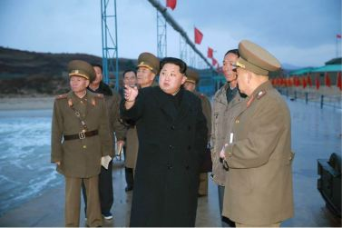 151125 - RS - KIM JONG UN - Marschall KIM JONG UN besichtigte den Fischereibetrieb Nr. 15 der 549. Truppe der KVA - 12 - 경애하는 김정은동지께서 조선인민군 제549군부대관하 15호수산사업소를 현지지도하시였다