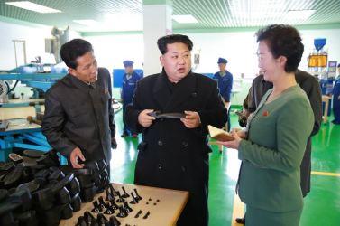 151127 - 조선의 오늘 - KIM JONG UN - Marschall KIM JONG UN besuchte die Schuhfabrik Wonsan - 01 - 경애하는 김정은동지께서 원산구두공장을 현지지도하시였다
