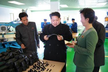 151127 - 조선의 오늘 - KIM JONG UN - Marschall KIM JONG UN besuchte die Schuhfabrik Wonsan - 02 - 경애하는 김정은동지께서 원산구두공장을 현지지도하시였다
