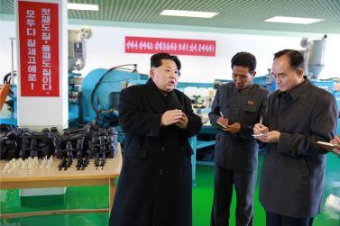 151127 - 조선의 오늘 - KIM JONG UN - Marschall KIM JONG UN besuchte die Schuhfabrik Wonsan - 03 - 경애하는 김정은동지께서 원산구두공장을 현지지도하시였다