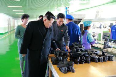 151127 - 조선의 오늘 - KIM JONG UN - Marschall KIM JONG UN besuchte die Schuhfabrik Wonsan - 04 - 경애하는 김정은동지께서 원산구두공장을 현지지도하시였다
