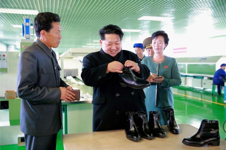 151127 - 조선의 오늘 - KIM JONG UN - Marschall KIM JONG UN besuchte die Schuhfabrik Wonsan - 05 - 경애하는 김정은동지께서 원산구두공장을 현지지도하시였다