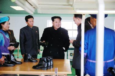 151127 - 조선의 오늘 - KIM JONG UN - Marschall KIM JONG UN besuchte die Schuhfabrik Wonsan - 07 - 경애하는 김정은동지께서 원산구두공장을 현지지도하시였다