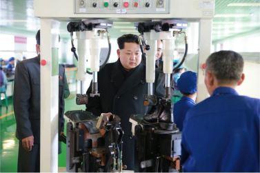 151127 - 조선의 오늘 - KIM JONG UN - Marschall KIM JONG UN besuchte die Schuhfabrik Wonsan - 08 - 경애하는 김정은동지께서 원산구두공장을 현지지도하시였다