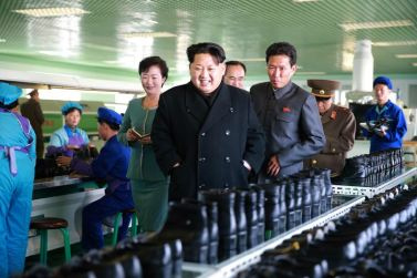 151127 - 조선의 오늘 - KIM JONG UN - Marschall KIM JONG UN besuchte die Schuhfabrik Wonsan - 10 - 경애하는 김정은동지께서 원산구두공장을 현지지도하시였다