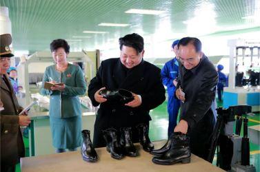 151127 - 조선의 오늘 - KIM JONG UN - Marschall KIM JONG UN besuchte die Schuhfabrik Wonsan - 12 - 경애하는 김정은동지께서 원산구두공장을 현지지도하시였다