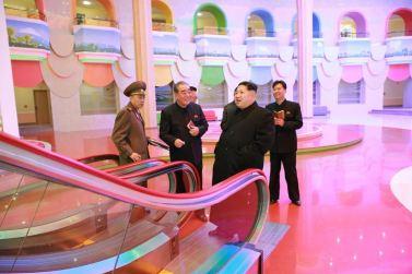 151201 - 조선의 오늘 - Marschall KIM JONG UN beuchte den neu umgebauten Schülerpalast Mangyongdae - 05 - 경애하는 김정은동지께서 새로 개건된 만경대학생소년궁전을 돌아보시였다
