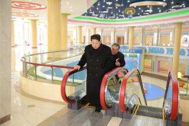 151201 - 조선의 오늘 - Marschall KIM JONG UN beuchte den neu umgebauten Schülerpalast Mangyongdae - 06 - 경애하는 김정은동지께서 새로 개건된 만경대학생소년궁전을 돌아보시였다