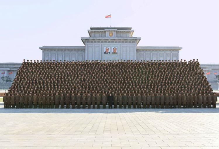 151205 - 조선의 오늘 - KIM JONG UN - Marschall KIM JONG UN ließ sich mit den Teilnehmern der 4. Artilleristenkonferenz zum Andenken fotografieren - 경애하는 김정은동지께서 조선인민군 제4차 포병대회 참가자들과 함께 기념사진을 찍으시였다