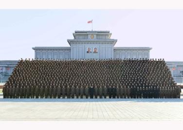 151205 - RS - KIM JONG UN - Marschall KIM JONG UN ließ sich mit den Teilnehmern der 4. Artilleristenkonferenz zum Andenken fotografieren - 02 - 경애하는 김정은동지께서 조선인민군 제4차 포병대회 참가자들과 함께 기념사진을 찍으시였다