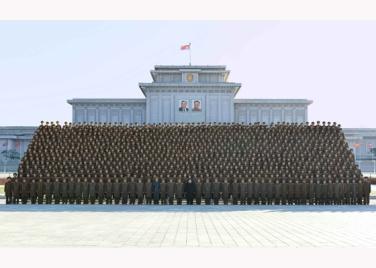 151205 - RS - KIM JONG UN - Marschall KIM JONG UN ließ sich mit den Teilnehmern der 4. Artilleristenkonferenz zum Andenken fotografieren - 03 - 경애하는 김정은동지께서 조선인민군 제4차 포병대회 참가자들과 함께 기념사진을 찍으시였다
