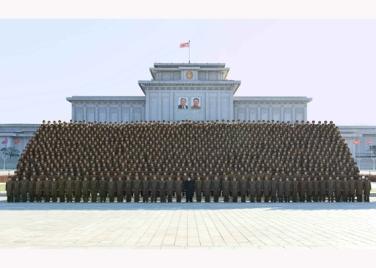 151205 - RS - KIM JONG UN - Marschall KIM JONG UN ließ sich mit den Teilnehmern der 4. Artilleristenkonferenz zum Andenken fotografieren - 04 - 경애하는 김정은동지께서 조선인민군 제4차 포병대회 참가자들과 함께 기념사진을 찍으시였다