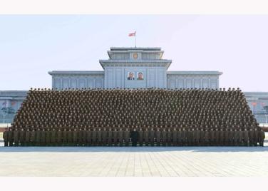 151205 - RS - KIM JONG UN - Marschall KIM JONG UN ließ sich mit den Teilnehmern der 4. Artilleristenkonferenz zum Andenken fotografieren - 05 - 경애하는 김정은동지께서 조선인민군 제4차 포병대회 참가자들과 함께 기념사진을 찍으시였다