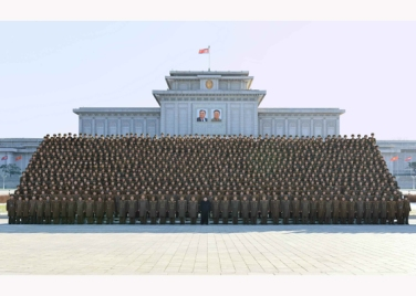 151205 - RS - KIM JONG UN - Marschall KIM JONG UN ließ sich mit den Teilnehmern der 4. Artilleristenkonferenz zum Andenken fotografieren - 06 - 경애하는 김정은동지께서 조선인민군 제4차 포병대회 참가자들과 함께 기념사진을 찍으시였다