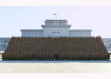 151205 - RS - KIM JONG UN - Marschall KIM JONG UN ließ sich mit den Teilnehmern der 4. Artilleristenkonferenz zum Andenken fotografieren - 07 - 경애하는 김정은동지께서 조선인민군 제4차 포병대회 참가자들과 함께 기념사진을 찍으시였다