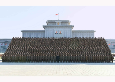 151205 - RS - KIM JONG UN - Marschall KIM JONG UN ließ sich mit den Teilnehmern der 4. Artilleristenkonferenz zum Andenken fotografieren - 08 - 경애하는 김정은동지께서 조선인민군 제4차 포병대회 참가자들과 함께 기념사진을 찍으시였다