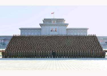 151205 - RS - KIM JONG UN - Marschall KIM JONG UN ließ sich mit den Teilnehmern der 4. Artilleristenkonferenz zum Andenken fotografieren - 09 - 경애하는 김정은동지께서 조선인민군 제4차 포병대회 참가자들과 함께 기념사진을 찍으시였다