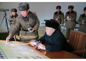 151224 - RS - KIM JONG UN - Marschall KIM JONG UN wohnte einer Gefechtsübung zwischen dem 526. und dem 671. Truppenverband der KVA bei - 01 - 경애하는 김정은동지께서 조선인민군 제526대련합부대와 제671대련합부대사이의 쌍방실동훈련을 보시였다