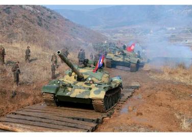 151224 - RS - KIM JONG UN - Marschall KIM JONG UN wohnte einer Gefechtsübung zwischen dem 526. und dem 671. Truppenverband der KVA bei - 02 - 경애하는 김정은동지께서 조선인민군 제526대련합부대와 제671대련합부대사이의 쌍방실동훈련을 보시였다