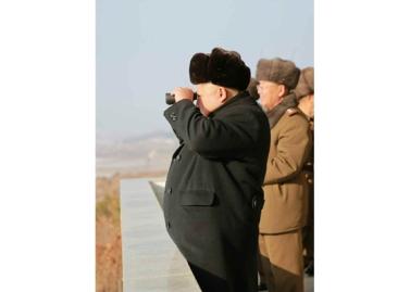 151224 - RS - KIM JONG UN - Marschall KIM JONG UN wohnte einer Gefechtsübung zwischen dem 526. und dem 671. Truppenverband der KVA bei - 05 - 경애하는 김정은동지께서 조선인민군 제526대련합부대와 제671대련합부대사이의 쌍방실동훈련을 보시였다